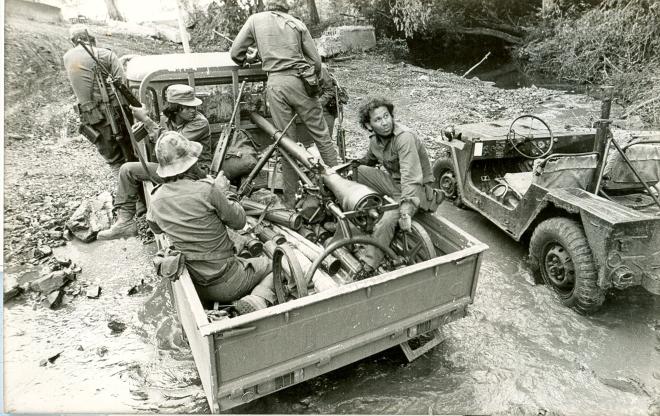"""""""Cruzando un río, uno de los primeros saliendo de Peñas Blancas hacia Sapoá, en persecución del enemigo que voló un puente. Yo iba en el jeep, y fui a buscar un cargador frontal, lo eché a andar e hice un vado para que pudieran pasar los demás vehículos. En la fotografía cruza el río una camioneta de artillería. (1979)"""". (Manuel Cortés)."""